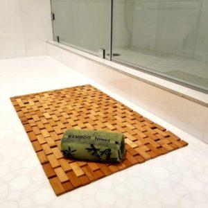 Elegante alfombra de baño de bambú y toalla de mano de bambú