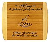REGALO PARA LA CONSTRUCCIÓN DE HOGARES FAMILIARES - Tabla de cortar de bambú de 2 tonos con soporte libre ~ Diseño grabado de 2 lados para decoración, reverso para uso ~ Regalos de cumpleaños y Navidad